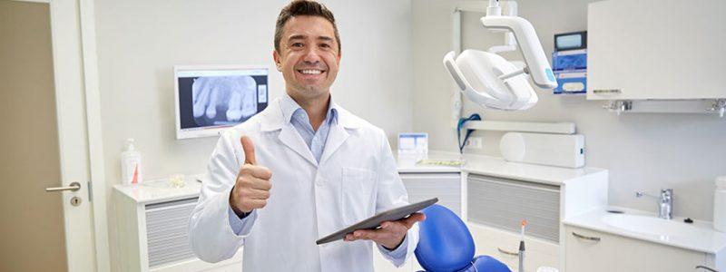 smiling-dentist-47664111_m